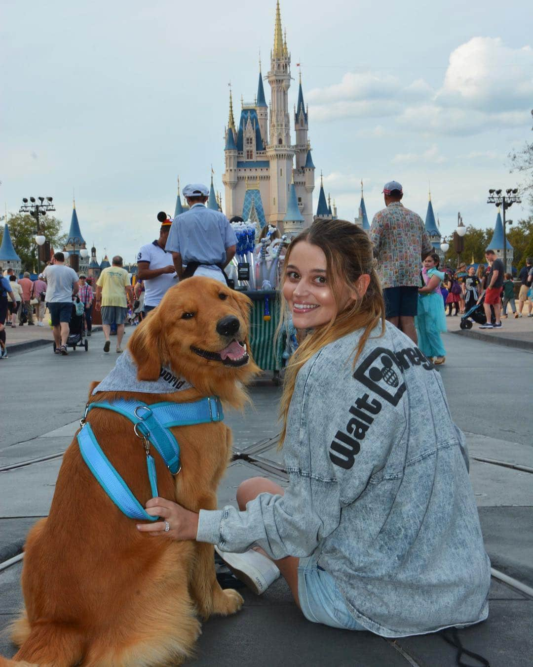 """Service Dog Goes To Disney Park And Freaks Out When Meeting """"Up"""" Character"""